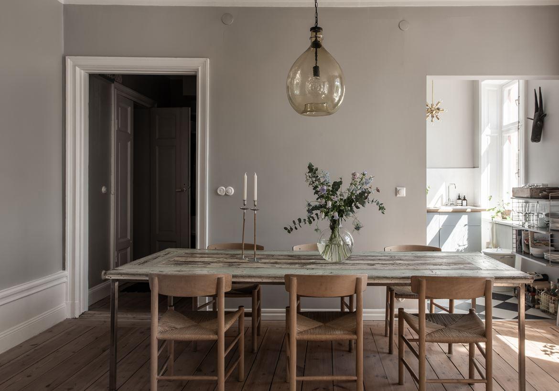 Fabulous Kunst, graue Wände und ganz viel Holz – lilaliv IK71